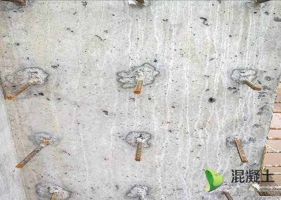 一旦施工上振捣不合理,大气泡很难完全排出,混凝土结构表面极易形成